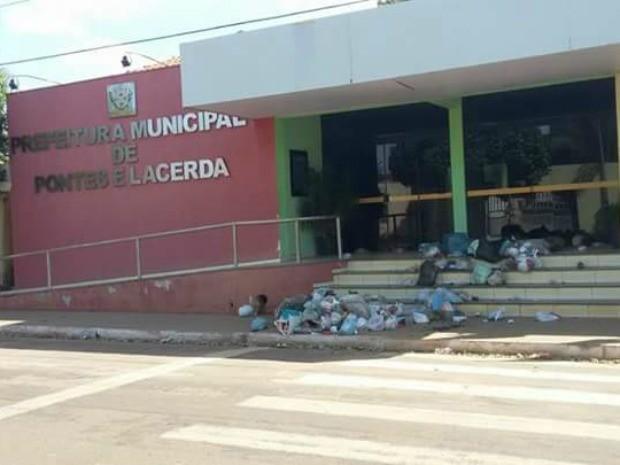 Lixo foi jogado na frente da sede da Prefeitura de Pontes e Lacerda (Foto: Arquivo pessoal)