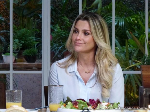 Heloísa tenta controlar a emoção ao falar de seu casamento com LC (Foto: Além do Horizonte/TV Globo)