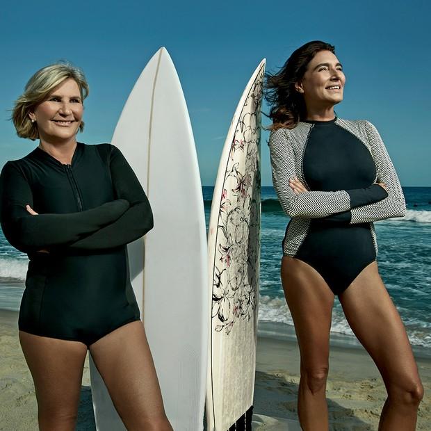 Suzy Gentil e Mucki Skowronski posam com suas pranchas antes de uma sessão de surfe no Arpoador (Foto: Daniel Mattar)