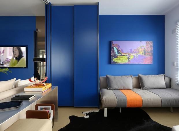 apartamento-orlando-denardi-azul-quarto-de-hospedes (Foto: Mariana Orsi/Divulgação)