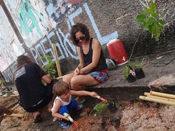 Rachel Ellis levou o filho Calum, 5 anos, ao Cais (Foto: Luna Markman/G1)