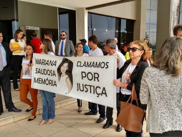 Amigos e parentes de Mariana Costa fizeram manifestação antes da sessão (Foto: Douglas Pinto / TV Mirante)