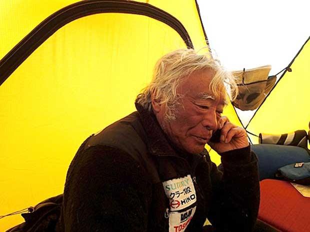 Yuchiro Miura descansa em acampamento a 8.000 metros de altura, no Everest. (Foto: Miura Dolphins / AP Photo)