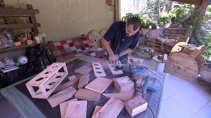 Marceneiro Diego Bastos mostra como fazer móveis sustentáveis (Foto: TV Bahia)