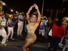 Aline Riscado usa vestidinho dourado em noite de samba