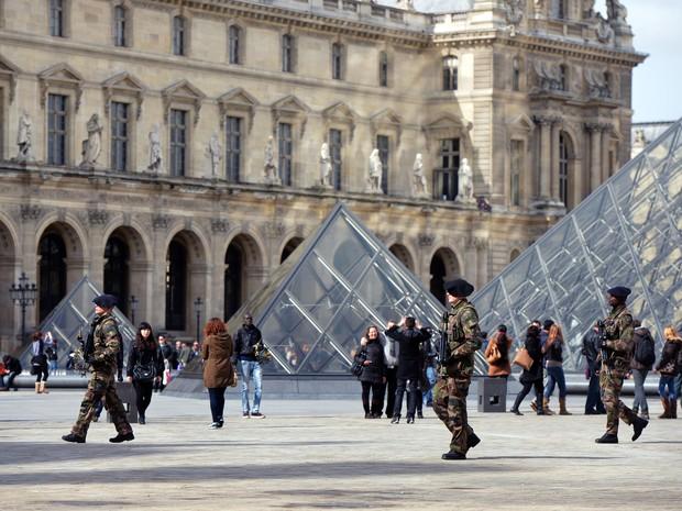 Militares franceses cercam o Museu do Louvre em Paris, que reabriu nesta quinta-feira (11) após a greve de alguns funcionários em protesto contra gangues (Foto: AFP PHOTO / MIGUEL MEDINA )