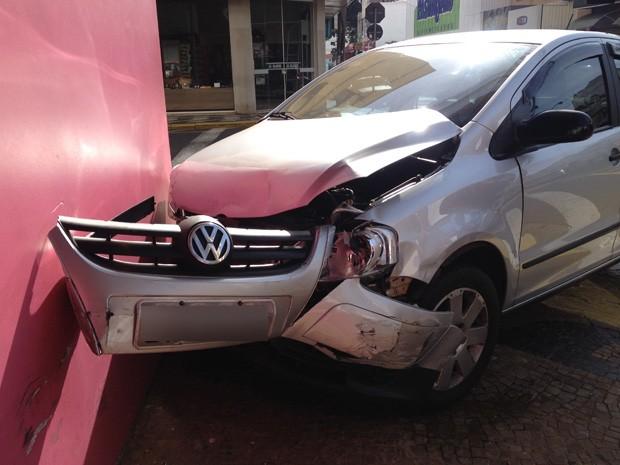 Carro ficou 'encostado' em parede de loja no Centro (Foto: Mariane Peres/G1)