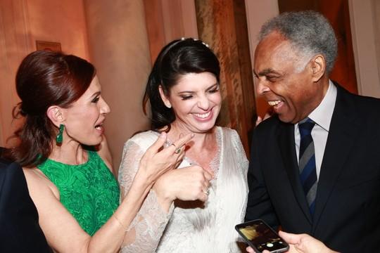 A noiva com Gilberto e Flora Gil (Foto: Cissa Sannomiya Fotografia)