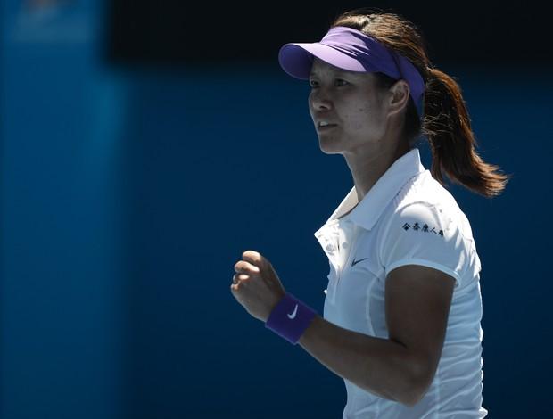 Na Li vibra com a vitória sobre Maria Sharapova (Foto: AFP)