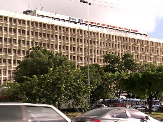 Assaltante foi baleado e está internado no Hospital da Restauração (Foto: Ana Regina/TV Globo)