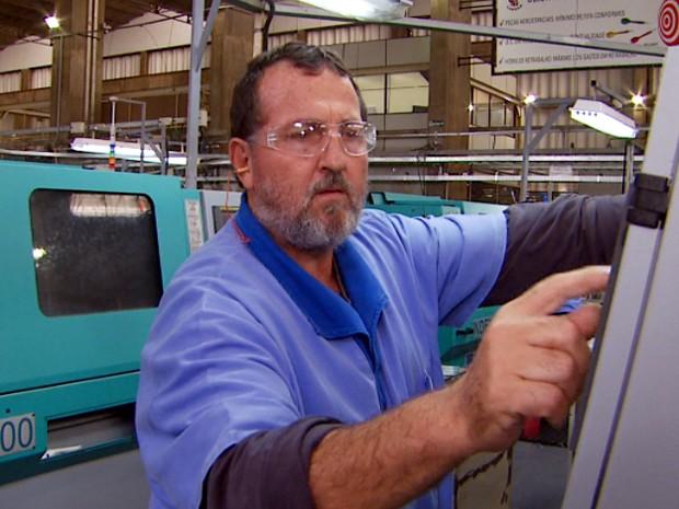 Metalúrgico opera máquina na região de Campinas (Foto: Reprodução EPTV)