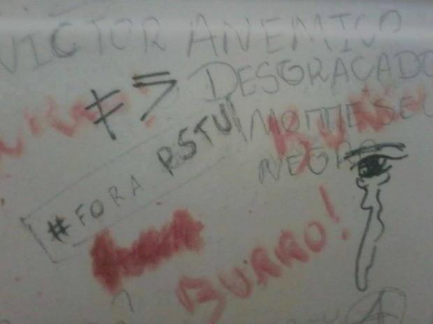 Mensagem na parede da universidade diz 'morre, seu negro' (Foto: Grupo Pretas Simoa)