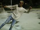 Justin Bieber anda de skate após show no Rio