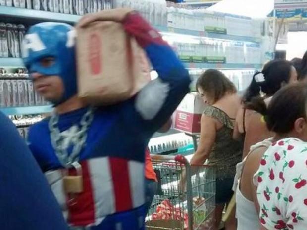 Homem vestido de Capitão América no supermercado (Foto: Enviado por Whatsapp)