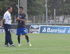 Bertoglio conversa com Luxa após treino do Grêmio (Foto: Hector Werlang/Globoesporte.com)
