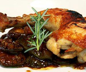 Confit de coxa e sobrecoxa de frango com jiló
