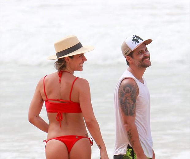 Giovanna Ewbank e Bruno Gagliasso na Praia do Sancho em Fernando de Noronha (Foto: AgNews)