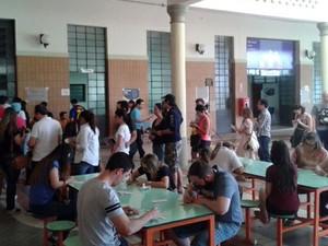 Eleitores fazem fila para justificar no Liceu Salesiano, em Campinas (Foto: Janaína Ribeiro)