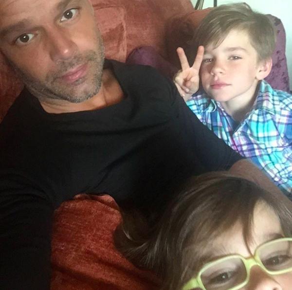 O cantor Ricky Martin e seus dois filhos (Foto: Instagram)