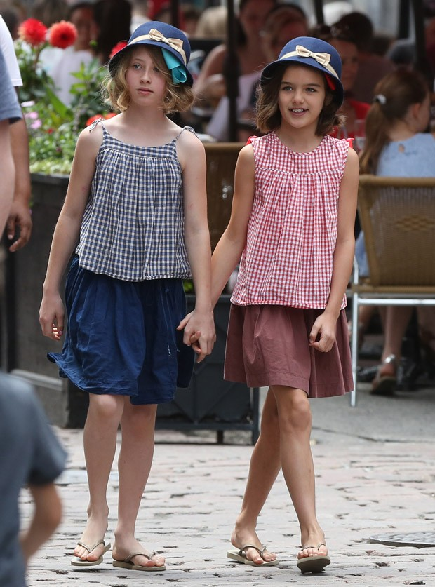 Suri Cruise (dir) e amiga (Foto: Grosby Group)