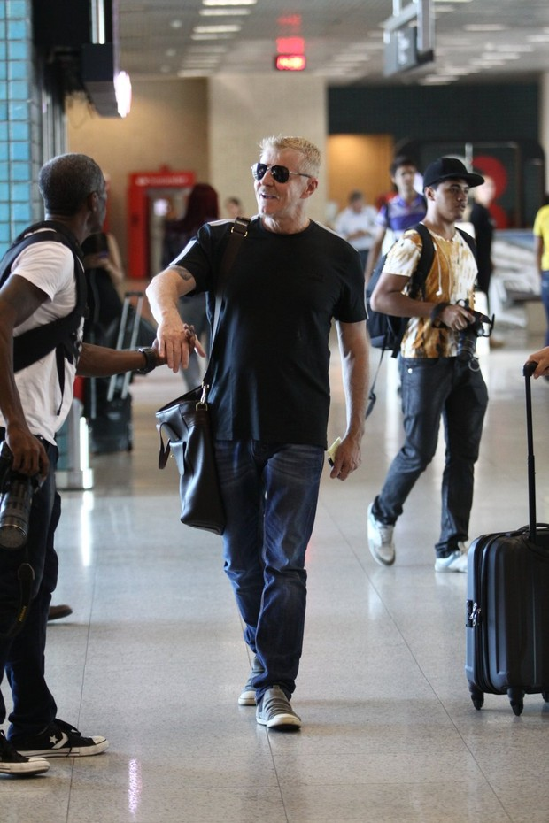 Miguel Falabella no aeroporto (Foto: Wagner Santos / Foto Rio News)