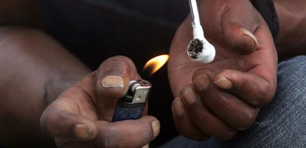 Usuário de crack consome a droga na Cracolândia, região no centro de São Paulo, em janeiro de 2012 (Foto: Werther Santana/Estadão Conteúdo)
