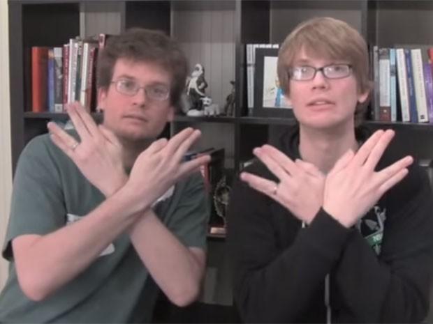 John (à esquerda) e Hank Green, em vídeo publicado em 2009 no YouTube no qual fazem u gesto que caracteriza os nerdfighters (Foto: Reprodução/YouTube/vlogbrothers)