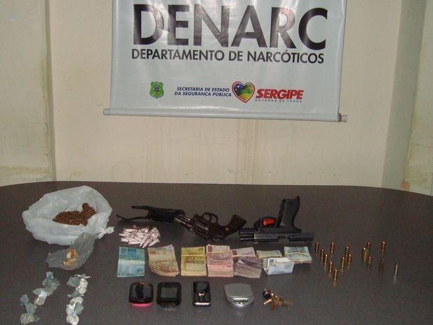 Material apreendido nas três casas revistadas durante a operação (Foto: Divulgação/Denarc)