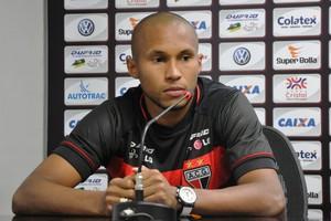 Jonas, lateral do Atlético-GO (Foto: Guilherme Gonçalves/Globoesporte.com)