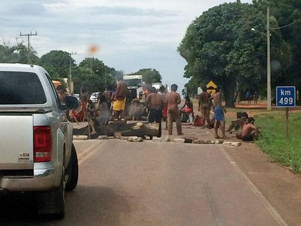 Índios bloquearam BR-158 na região de Canarana, neste domingo em Mato Grosso (Foto: Assessoria/PRF-MT)