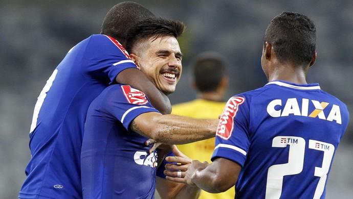 Willian garante vitória do Cruzeiro e comemora 23º gol dele no novo Mineirão (Foto: Washington Alves/Light Press)