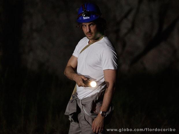 Alberto se disfarça para tentar colocar bombas na mina (Foto: Flor do Caribe / TV Globo)