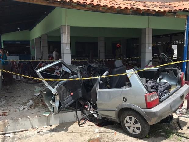 Motorista saiu da curva, bateu em kombi e atingiu restaurante em Santa Rita (Foto: Walter Paparazzo/G1)