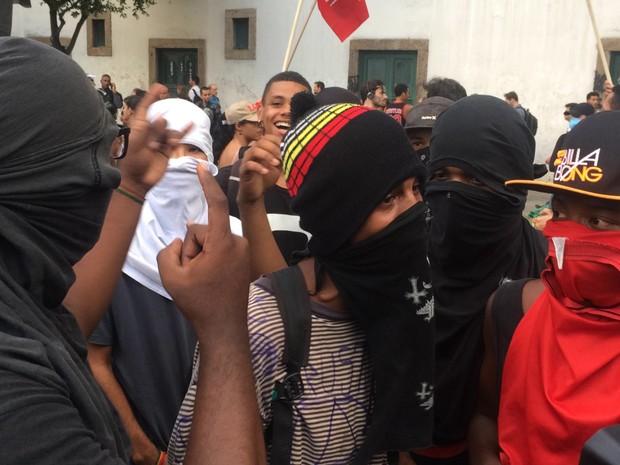 Mascarados estão em manifestação no Centro do Rio (Foto: G1)