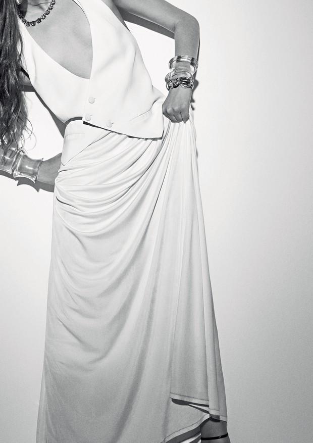 Vestido, R$ 1.696, Forum. Brinco, R$ 350, Marcio Krakhecke; pulseiras de acetato, R$ 212 cada, Abi Project na Helena Bordon; pulseira de elos, R$ 4.530, Roberto Cavalli (Foto: Gui Paganini)