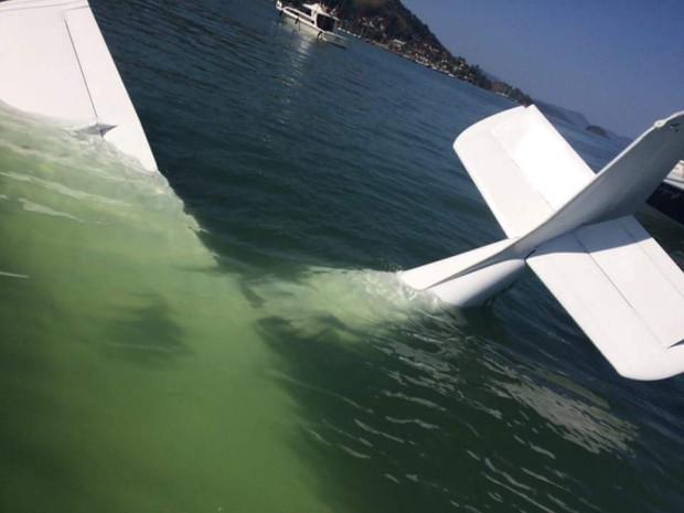 Aeronave caiu no mar de Angra dos Reis; Jefferson Luís Custódio registrou acidente e enviou foto por WhatsApp (Foto: Jefferson Luís Custódio/Arquivo pessoal)