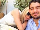 Fiorella Mattheis e Alexandre Pato posam abraçadinhos após almoço