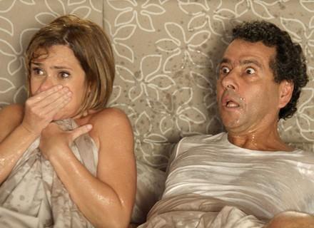 Inês e Aderbal são pegos na cama