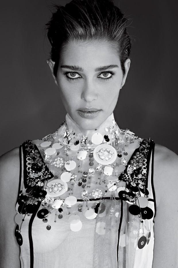 Carol usa vestido Prada (Foto: Gilles Bensimon)