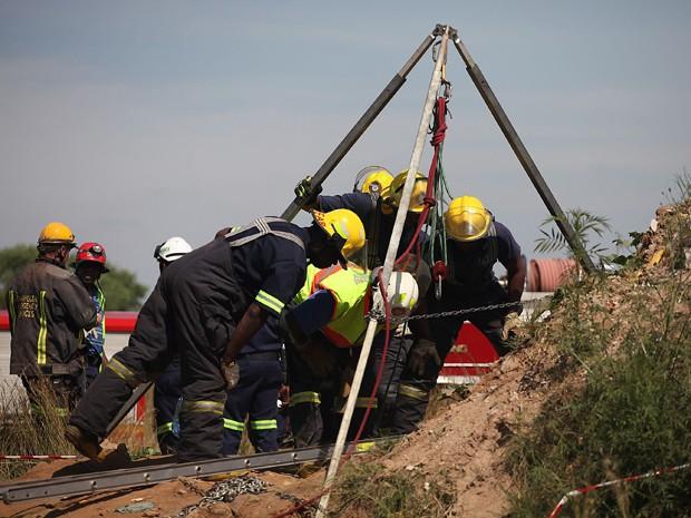 Equipes de resgate tentam liberar mineiros presos em mina ilegal na África do Sul  (Foto: AP)