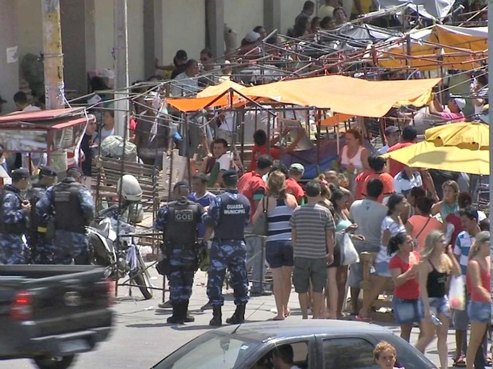Guardas acompanham desmonte das bancas  (Foto: TV Verdes Mares/Reprodução)