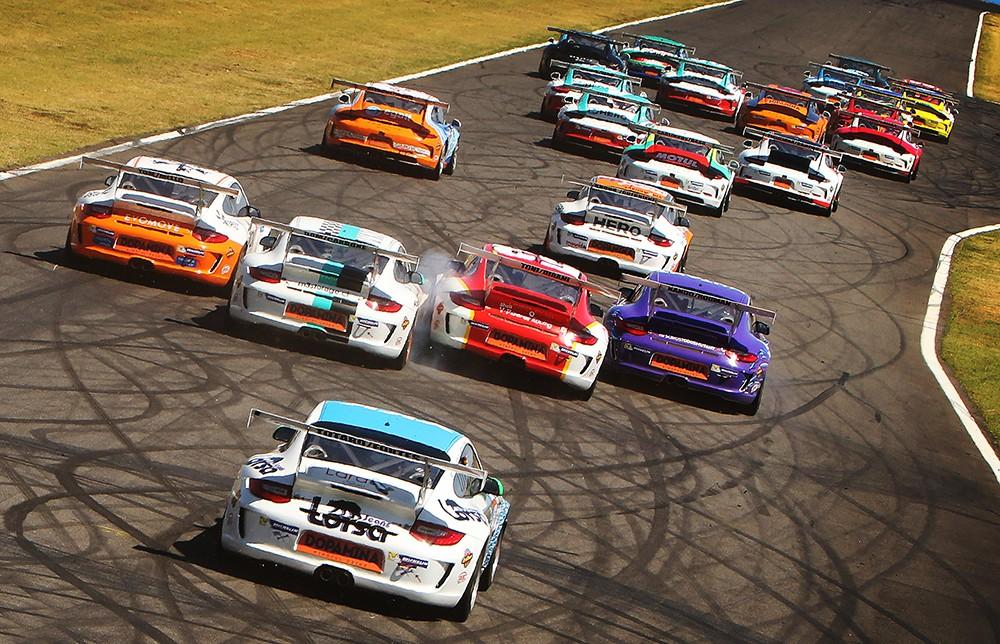 Disputas na primeira volta dos 300 km em Goiânia (Foto: Divulgação/Alex Farias/Porsche Império GT3)