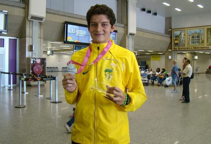 Marcus com a medalha de Nanquim e com o troféu de vice-campeão da Copa do Mundo (Foto: Divulgação/CBTARCO)
