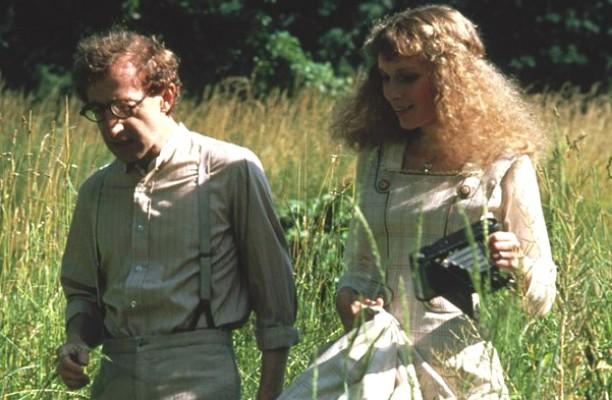 Mia Farrow e Woody Allen ficaram juntos em 1980 e, ao longo daquela década, parece que viveram uma relação ótima. Em 1992, porém, tudo acabou quando a atriz descobriu que o cineasta havia se apaixonado pela filha adotiva dela, Soon-Yi Previn, com quem é casado desde 1997. (Foto: Reprodução)