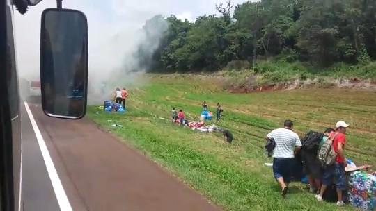 Ônibus pega fogo, e sacoleiros conseguem escapar a tempo; assista