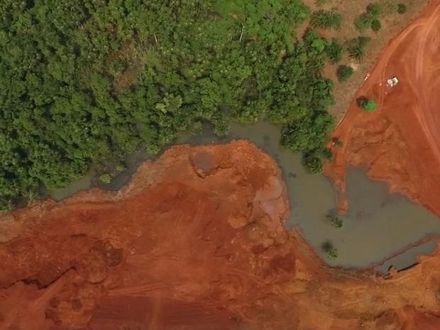 Nível do Rio Queima-Pé, que abaste o município, está muito baixo (Foto: Reprodução/TVCA)