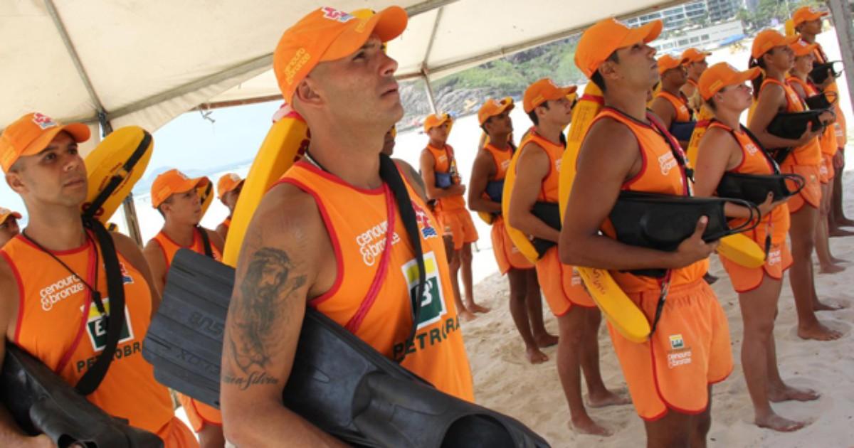 Guarda-vidas temporários passam a atuar nas praias de Guarujá, SP - Globo.com