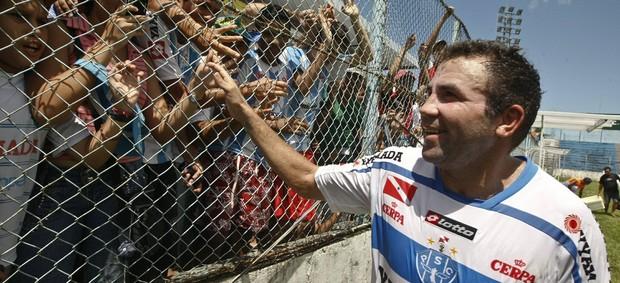 Atacante recebe o carinho da torcida bicolor (Foto: Marcelo Seabra/O Liberal)