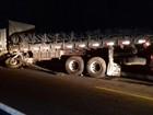 Homem morre após moto invadir área de acidente e colidir com caminhão