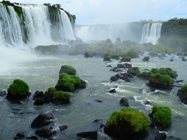 Vazão na tarde desta sexta (17) era de 839 mil litros de água por segundo, quase a metade do volume médio de 1,5 milhões de l/s. (Foto: Cataratas do Iguaçu S.A. / Divulgação)